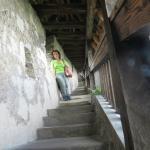 la lunga scalinata del camminamento di ronda