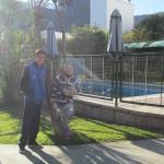 El parque y la pileta del hotel