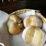 最終日朝食のパン。世界一美味しいアンパンは左側に。