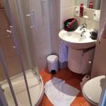 La salle de bain comme la chambre sont petites, mais tres propres, calmes et bien isolees des au