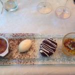 Crème brûlée au carambar, glace amarreto, fondant au chocolat, île flottante à l'abricot