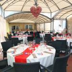 Salle de restaurant aménagée et décorée pour le mariage