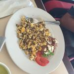 Huevos mexikanissimo, machacado con huevo y omelette con queso y tocino.