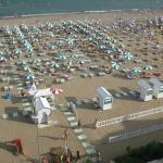 Spiaggia in uso all'hotel vista dal balcone della stanza.