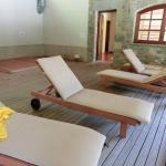 Zona de tumbonas en la piscina interior