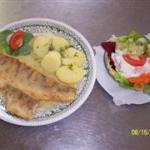 Zanderfilet an Kräutersauce mit Kartoffeln und Salat