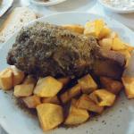 Stinco di maiale con sugo al rosmarino e contorno di patate