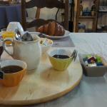 Petit déjeuner, pas vraiment copieux, jus d'orange industriel, confiture ??