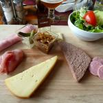L'assiette chimacienne (assortiment de charcuteries,de fromages et de crudités)