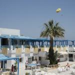 la terrasse du restaurant avec, en arrière plan une des actiités proposées à la base nautique
