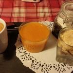 Le café gourmand avec soupe d'abricot, myrtille et framboise
