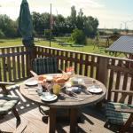 Frühstück auf dem Balkon bei Sonnenschein
