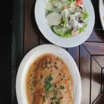 Schnitzel in Pfeffersauce und Salat