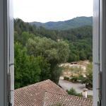 Jolie vue d'une fenêtre de la chambre familiale