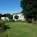 Liegewiese und Kinderspielplatz