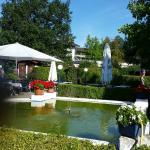 Schöne Wasserbrunnen-Anlage beim Garten