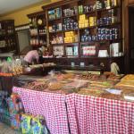 Antico Forno Costa Valle Imagna durante un giorno estivo. Torte, focacce, pizze, bibite fresche.