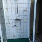 douche délabrée de la piscine