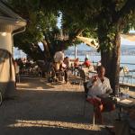 Gute Küche und unschlagbares Ambiente, im Sommer draussn am Ufer, im Winter im lauschigen Stübli