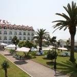 Hotel, jardín y piscinas