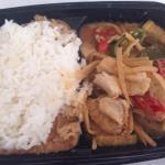 Curry rosso con pollo e verdure accompagnato con riso