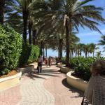 Basta atravessar a rua e virar uma esquina para chegar nesta entradinha de praia maravilhosa