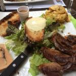 L'assiette spécialités du Périgord : foie gras excellent , rocamadour chaud et magret grillé sau