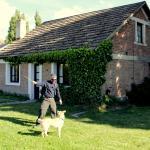 Essa casa é o local onde mora a Sra. Paola, que é a proprietária.