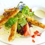 Salat mit Spargelspitzen in Kräuterkruste