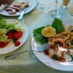 Piatto di mare con insalata
