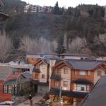 Vista desde la habitación hacia la calle principal de San Martín de los Andes