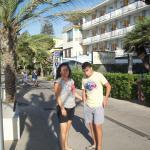 En el paseo de la playa junto al hotel