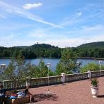 Blick auf den Etang de Hanau und die Burgruine Waldeck