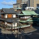 湯神社のある高台から見た本館