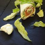 Wrap au saumon fumé, salade verte et fromage frais à la ciboulette