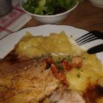Schweinebraten mit Kruste und Kartoffelsalat extra lecker