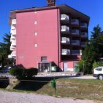 Foto dell'hotel dalla strada.