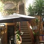 отдых в жару во дворике отеля