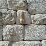 Porte bonheur romain sur le mur d'enceinte