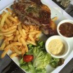 Le Steak Tartare avec c'est frites maison suivis de l'entrecôte avec sa sauce échalote maison !