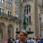 Free Guide Stephan in action vor dem Hamburger Rathaus