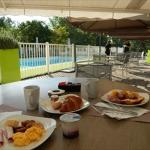 朝食はテラスで気持ち良い。