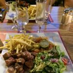 Magret de canard, frites maison, légumes, salade