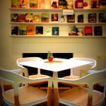 Tavolino e parete di libri