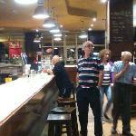 quires tomar un cafe ,o otra cosa espera porque los 2 camareros atiende 2 grupos de dos autocare