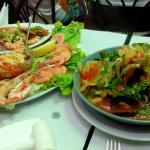 Mexilhões à espanhola e um misto de camarão.