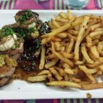 Filet mignon gratiné au chèvre, frites maison  et le fameux welch