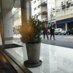 mirando hacia Montevideo desde el lobby del hotel