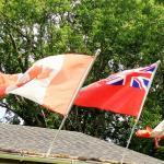 Quelques drapeaux dont plusieurs sont des cadeaux des clients internationaux