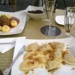 dos platos tipicos polacos, uno como unas pastas rellenas y el otro como un matambre relleno